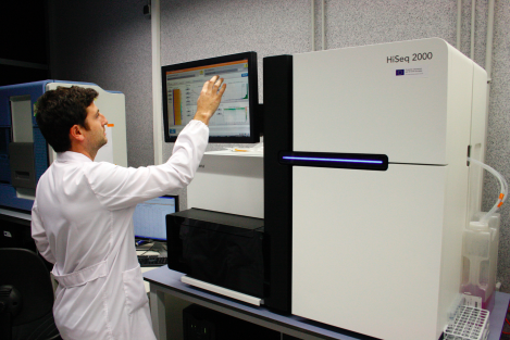 A reseracher operates an automated HiSeq sequencing machine. Flickr Creative Commons image.